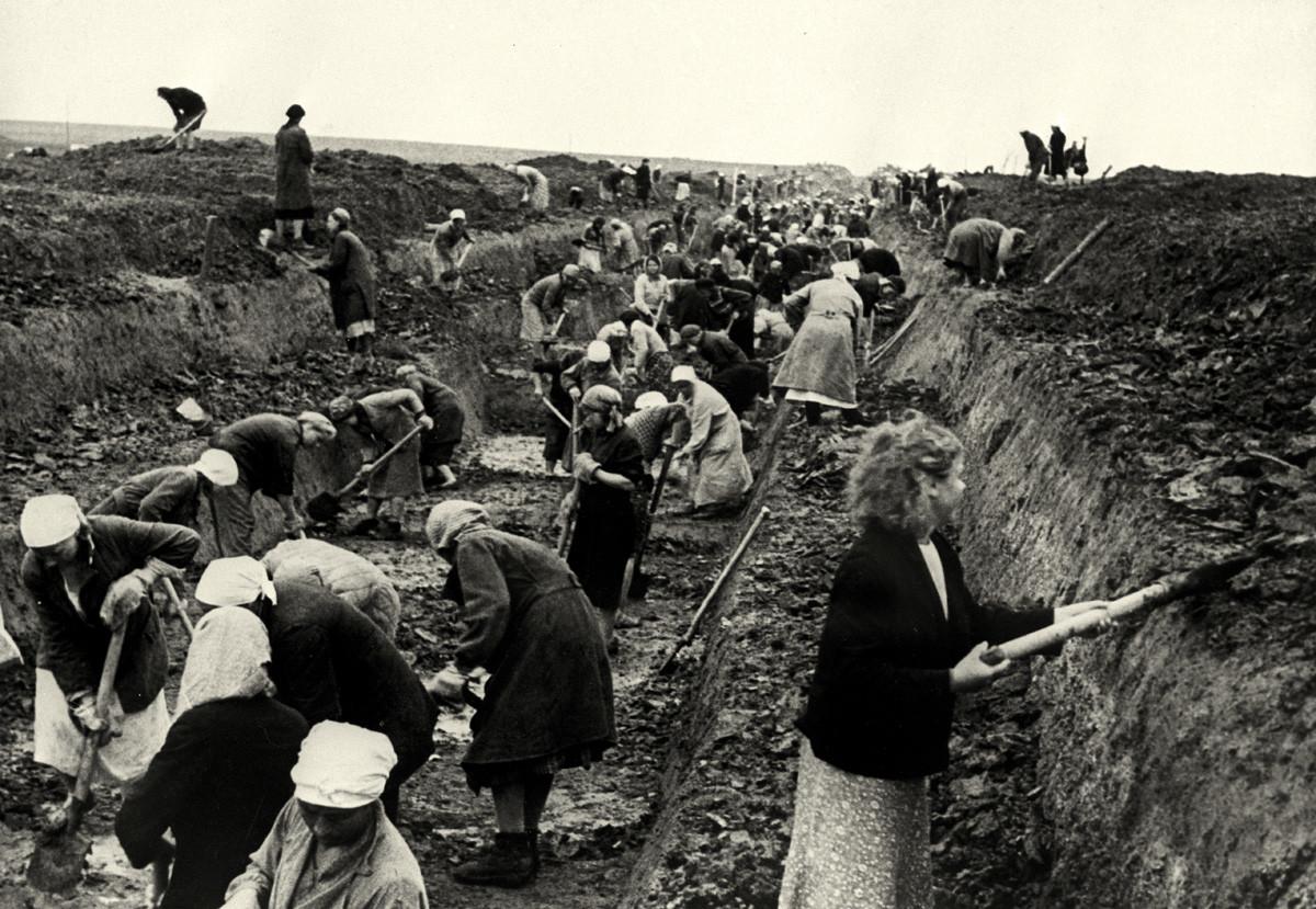 Para perempuan membangun garis pertahanan di dekat Moskow, 1941.