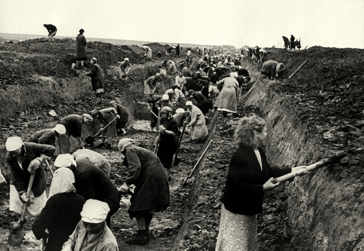 Жените копаят защитни окопи около Москва. 1941