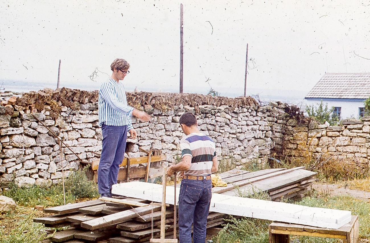 Início da construção da prancha. Nikolai está de costas na foto.