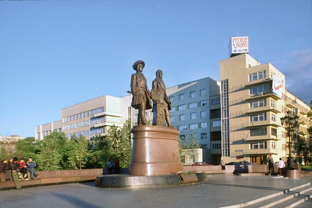 Yekaterinburg. Labor (Catherine) Square with monument to Vasily Tatishchev & Georg de Hennin. August 28, 1999.