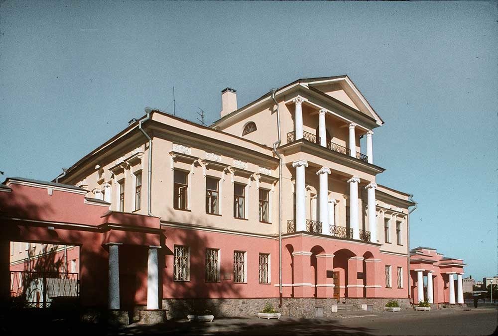 Residence of Urals Mining Director. August 28, 1999.