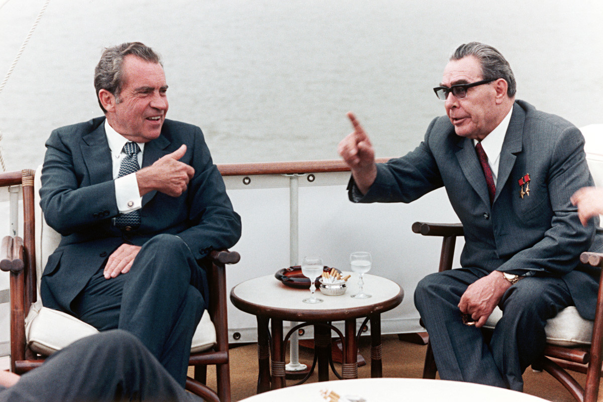大統領専用ヨット「Sequoia」に乗っているリチャード・ニクソンとレオニード・ブレジネフ。