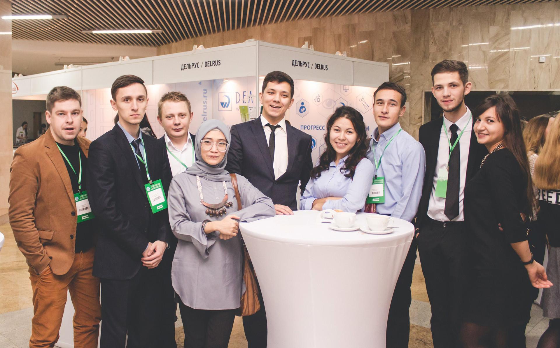 Sarah Edna Fadilah Ramadhani (keempat dari kiri), berfoto bersama para kolega dokter bedah saraf di sela acara