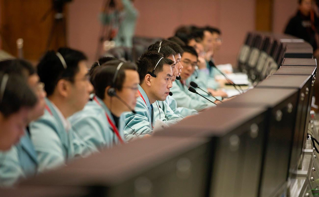 Técnicos no Centro de Controle Aeroespacial de Pequim.