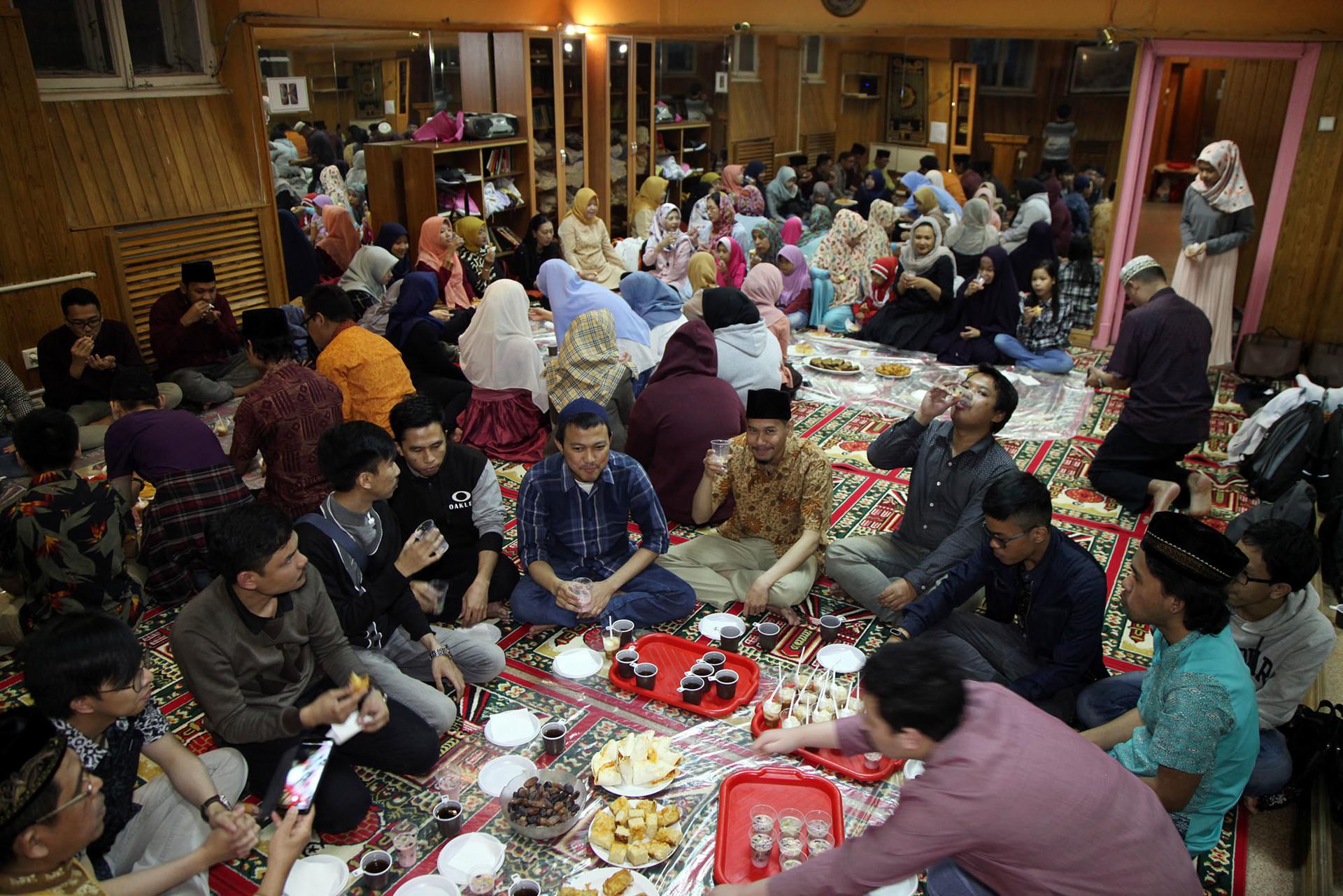 Puluhan warga negara Indonesia (WNI) mengikuti acara berbuka puasa bersama yang diselenggarakan oleh Himpunan Persaudaraan Islam Indonesia (HPII) di Mushola Kedutaan Besar Republik Indonesia (KBRI) Moskow, Rusia, Sabtu (26/5/2018).