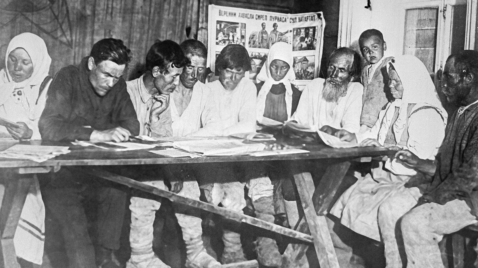 Um dem Analphabetismus entgegenzuwirken, wird den Bauern in Tschuwaschien gemäß des Bolschewiki Programms das Lesen und Schreiben gelehrt.