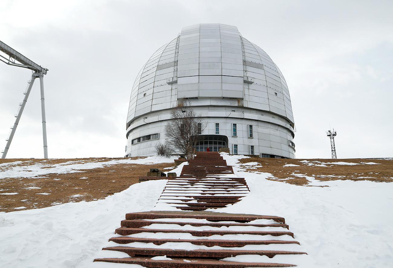 特別天体物理学天文台の領土にある大型反射望遠鏡BTA-6。
