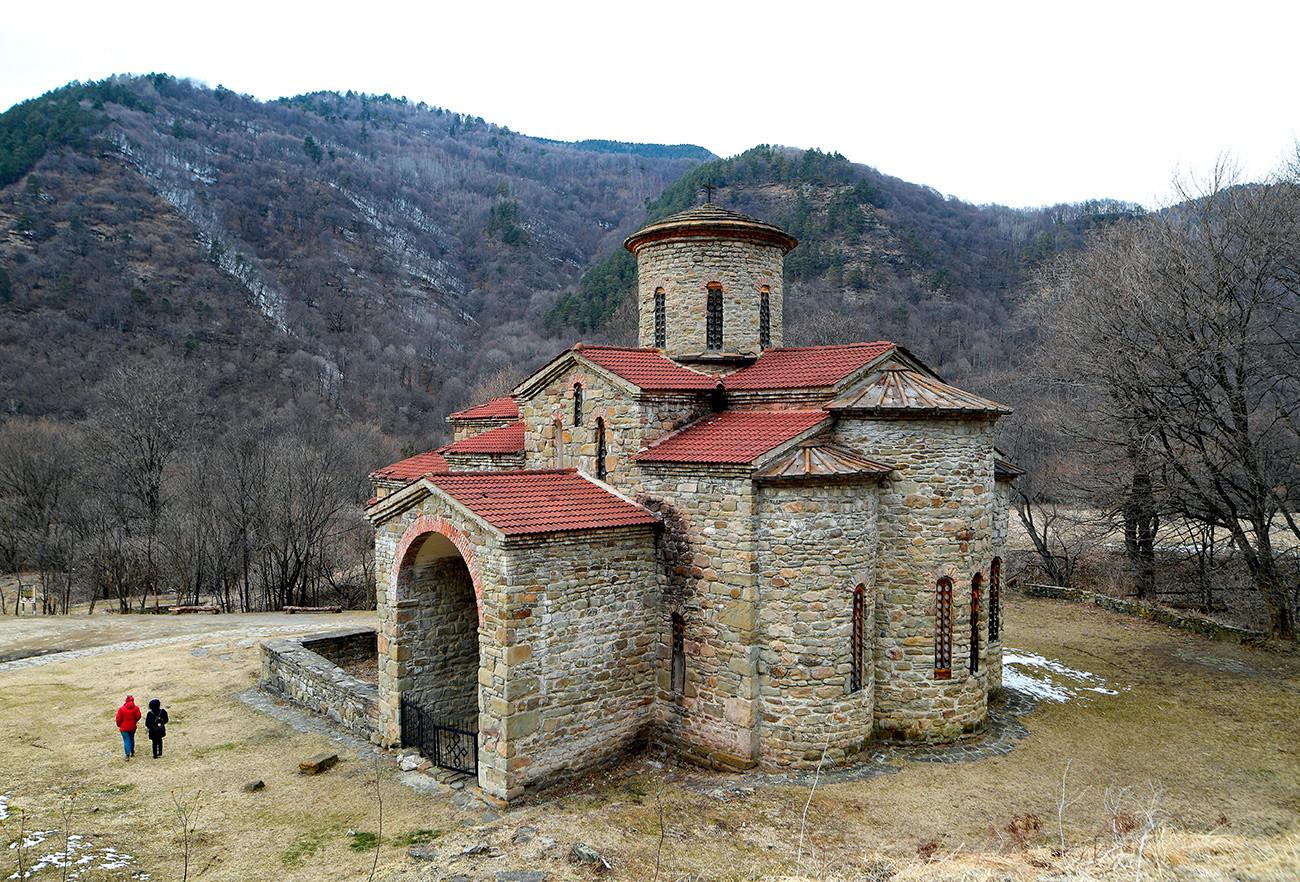 ニージュニー ・アルヒズ村の北ゼレンチュクスキー教会(10-11世紀に建設)。