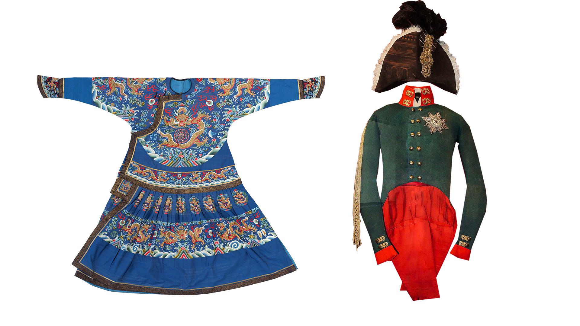 À esquerda, o manto azul do imperador, feito de seda, do período de Jiaqing (1735-1796). À direita, o traje de coroação de Aleksandr 1° da Rússia.