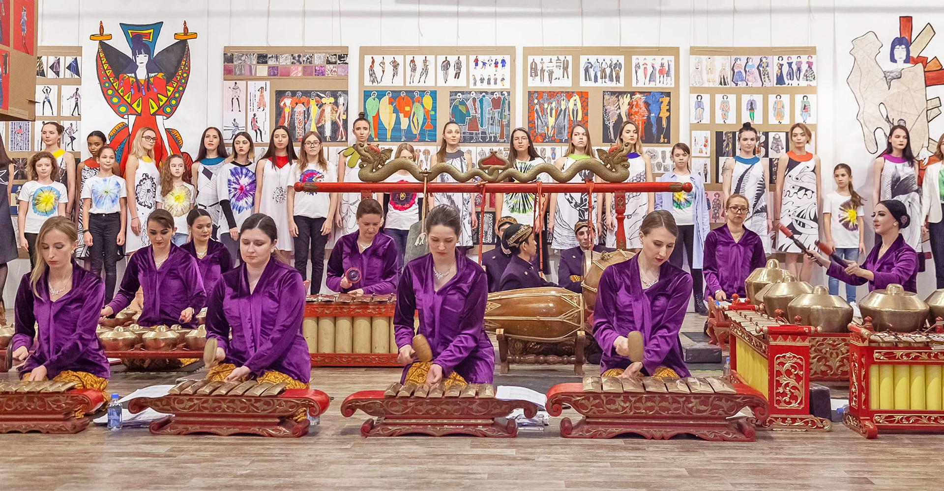 Grup musik Gamelan Dadali mengiringi jalannya peragaan busana.