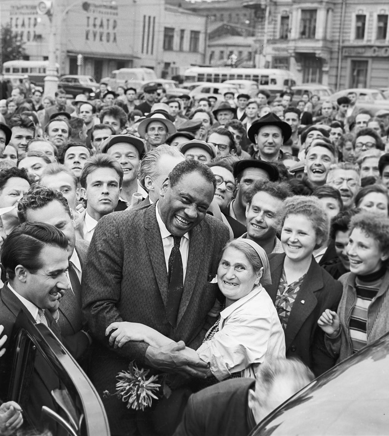 Penyanyi jazz Amerika Paul Robeson di jalanan Moskow.