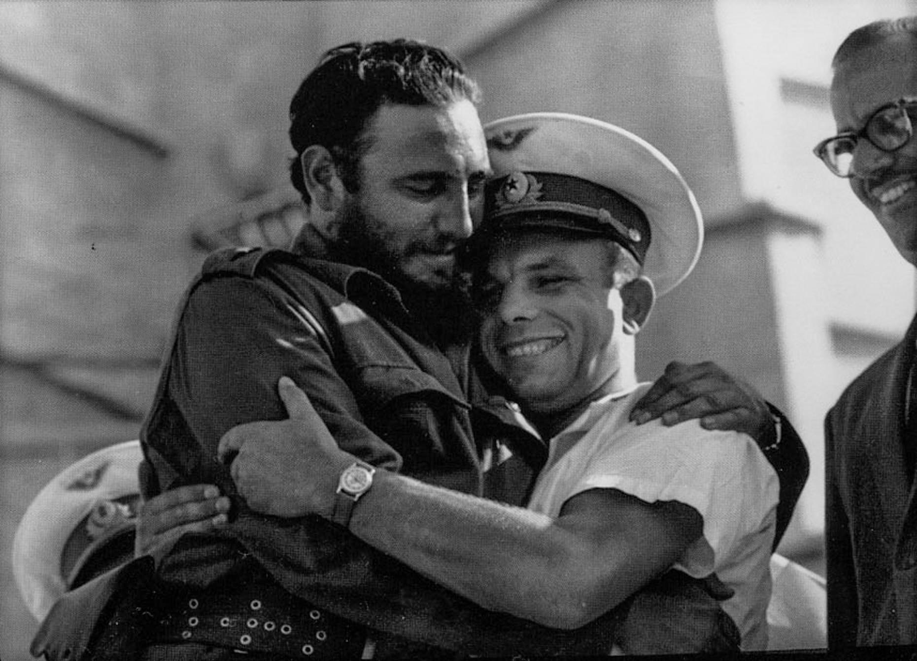 Fidel Castroa abraça Gagarin em 26 de junho de 1961.
