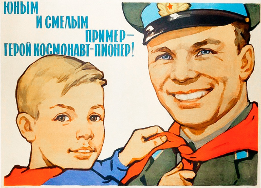 «Un exemple pour les jeunes et courageux, le héros cosmonaute-pionnier!» (Les pionniers étaient l'équivalent soviétique des scouts.)