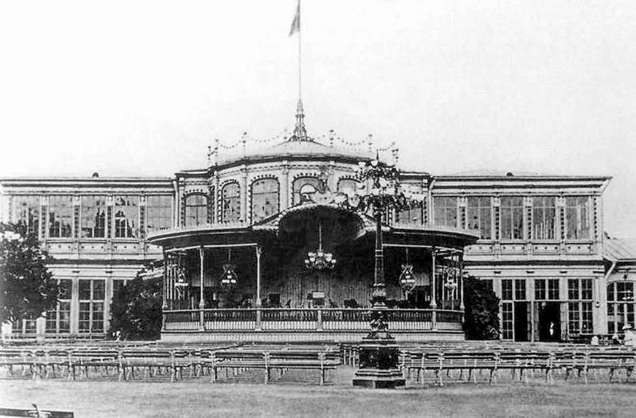 A sala de concertos Pávlovsk no final do século 19.