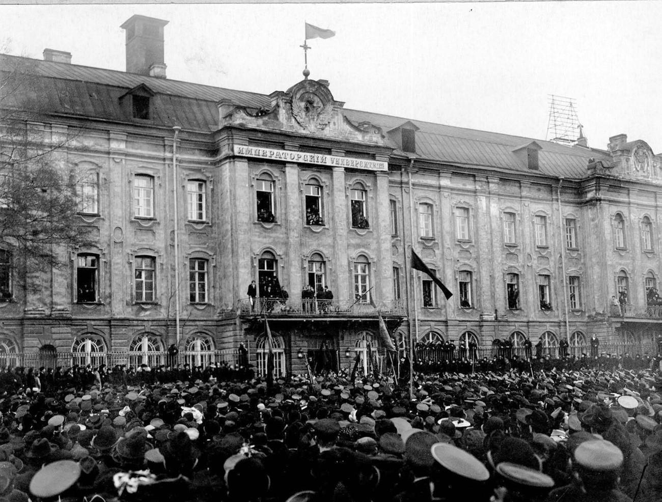 Protesto estudantil em frente à Universidade Petersburguense após publicação do manifesto de 1905.