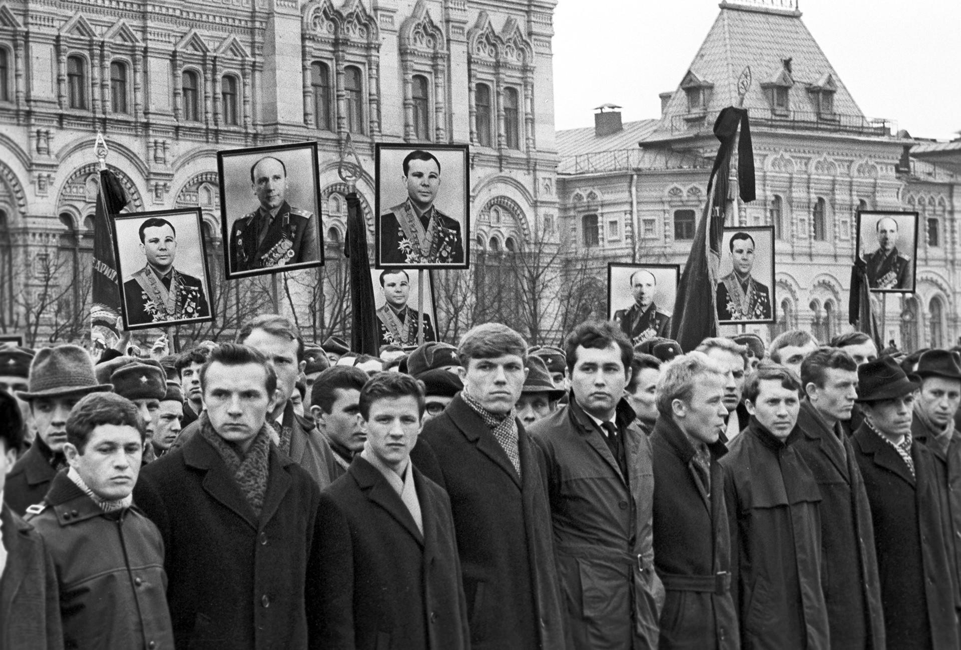 Masyarakat berkumpul di Lapangan Merah berduka cita atas kematian Gagarin.