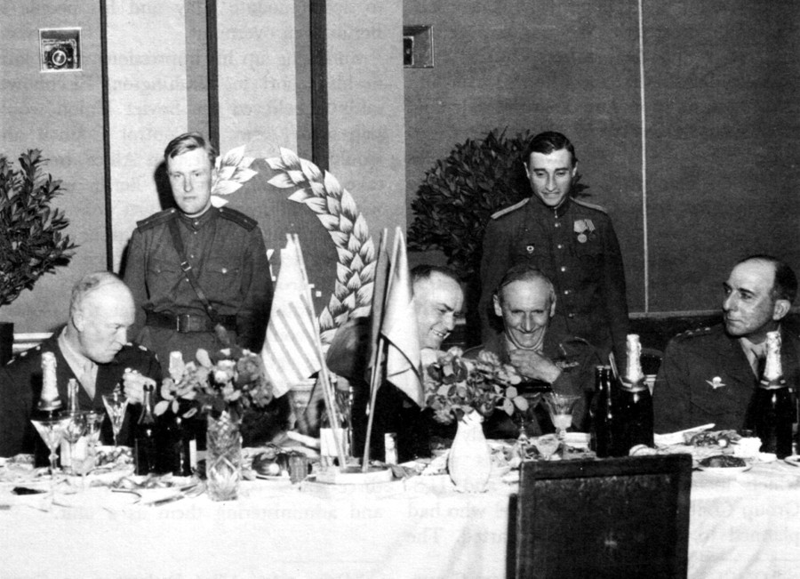 5 lipnja 1945. Maršal Žukov (u centru) toči šampanjac feldmaršalu Montgomeryju (s njegove desne strane). Krajnji slijeva je Dwight Eisenhower, a krajnji zdesna maršal Lattre de Tassigny.