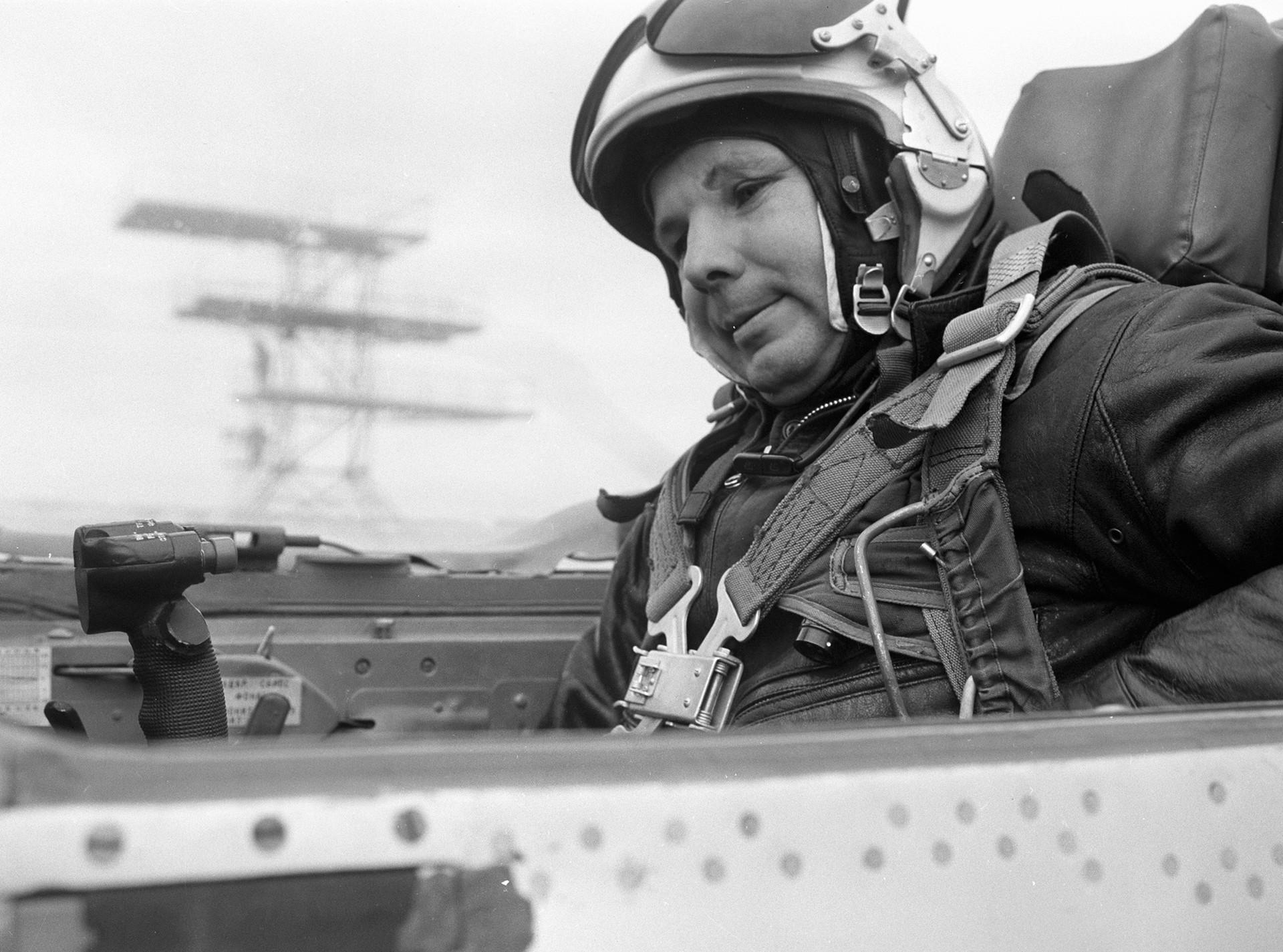ガガーリンがジェット戦闘機MiG-21の機室で訓練飛行の準備をしている。1967年10月1967日。