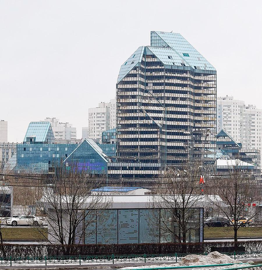 現在、建物の工事は再開されている(2019年3月)。