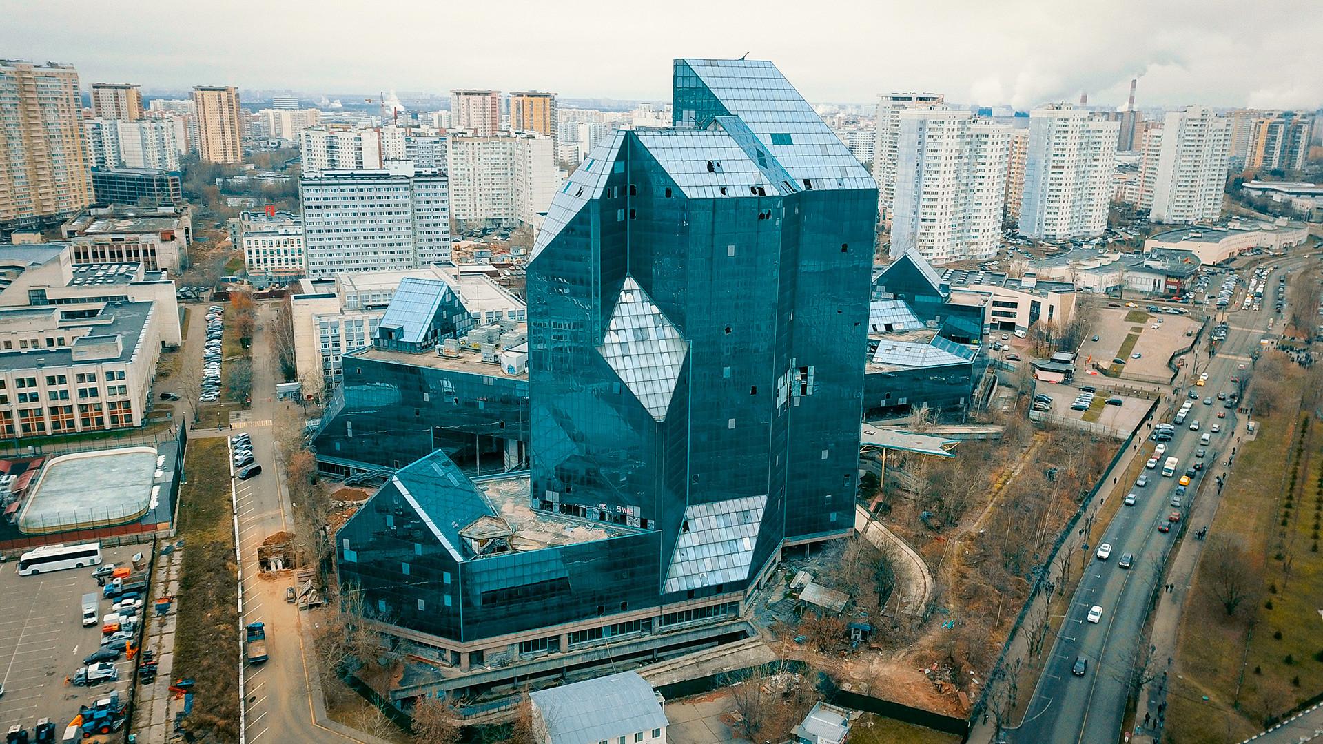 工事再開前のゼニット・ビジネスセンター。この醜い未完成の高層ビルは、それ以降、モスクワのランドマークとなった。