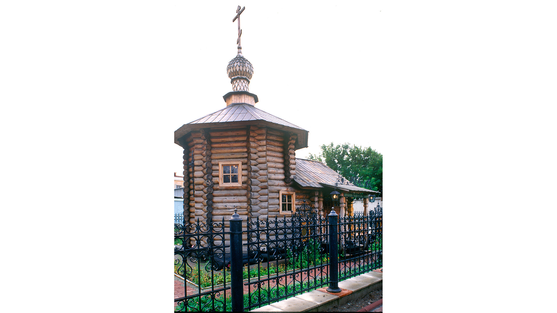 Wooden Chapel of the Martyr Elizaveta Fyodorovna. Northeast view. August 25, 1999.