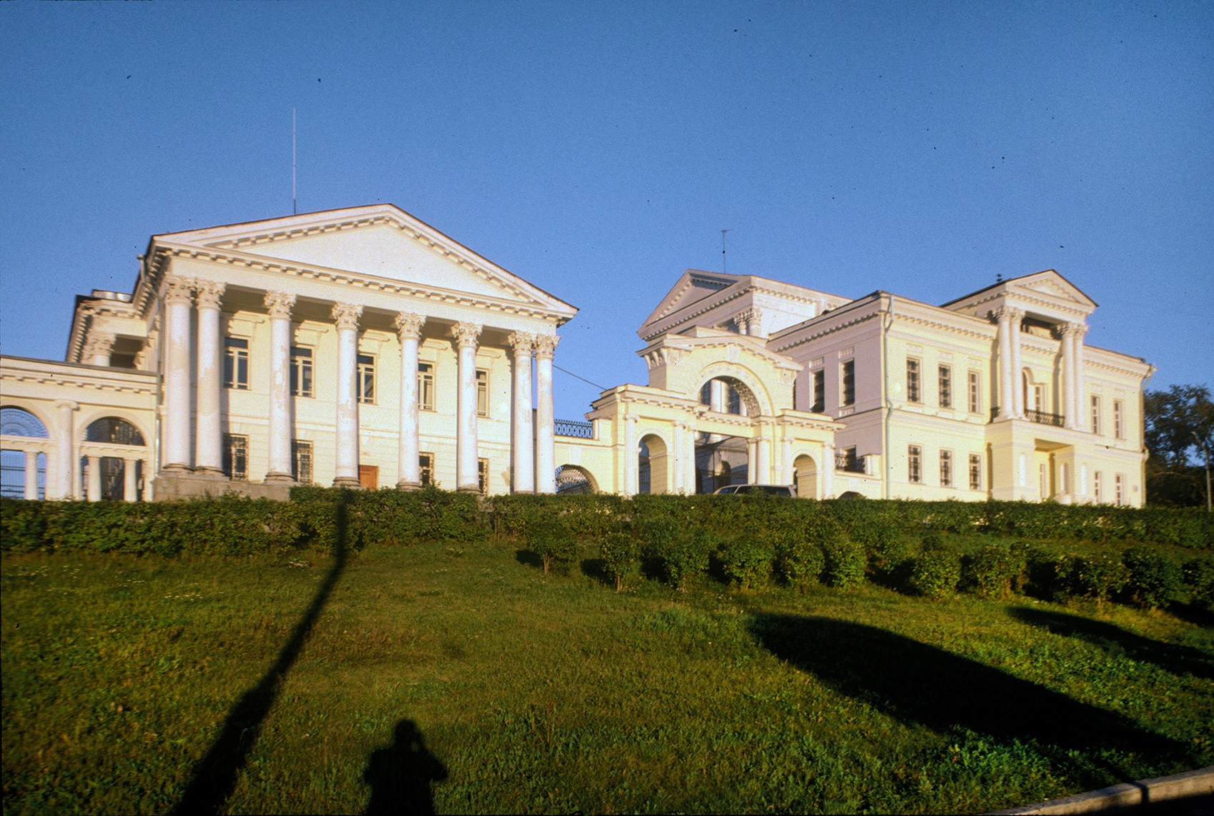 Rastorguev-Kharitonov Mansion, side facade. View from Karl Liebknecht Street. August 27, 1999.