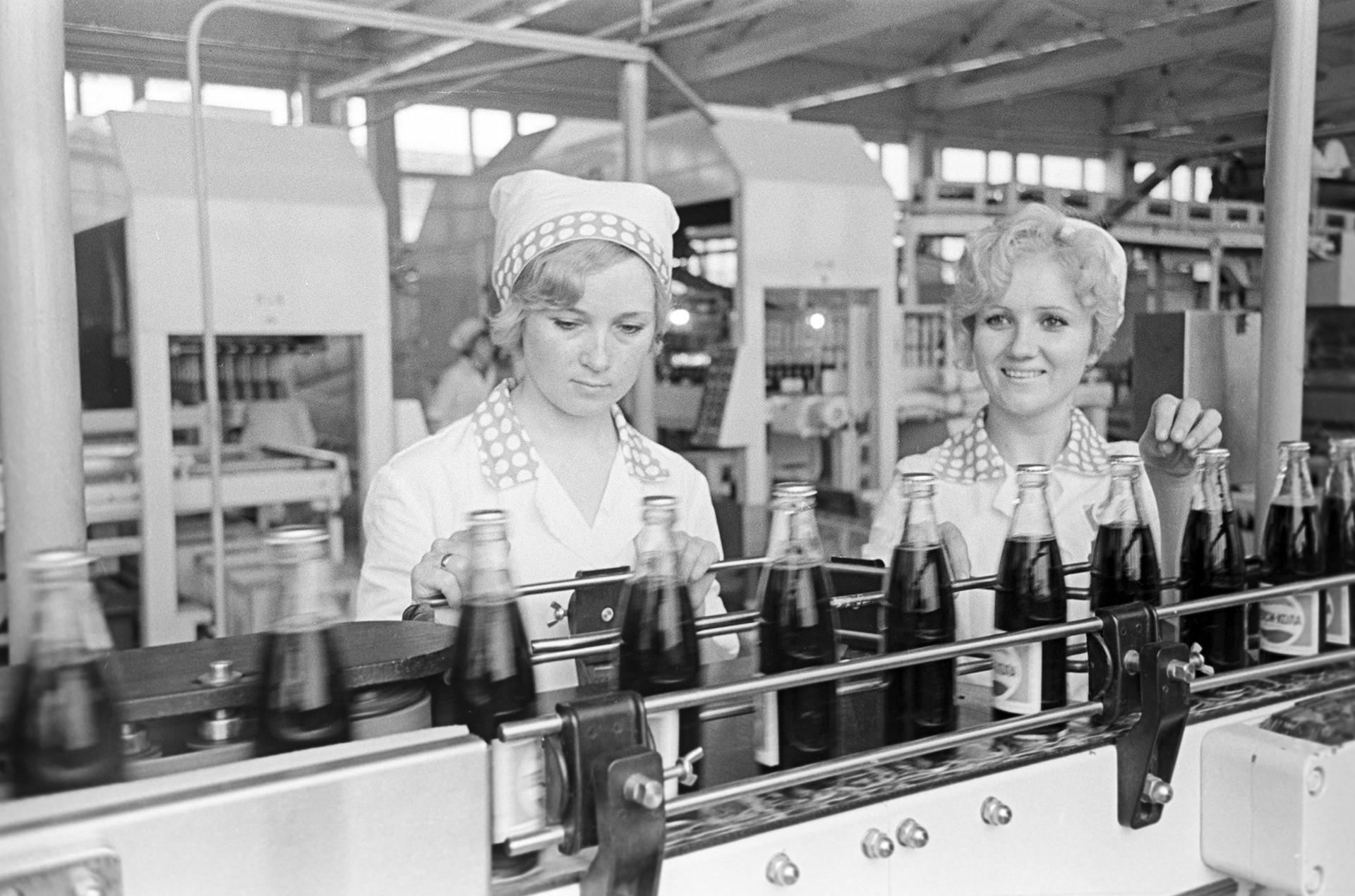 """Фабрика за пиво во Новоросијск. Производна линија на """"Пепси-кола"""", 1974 година."""