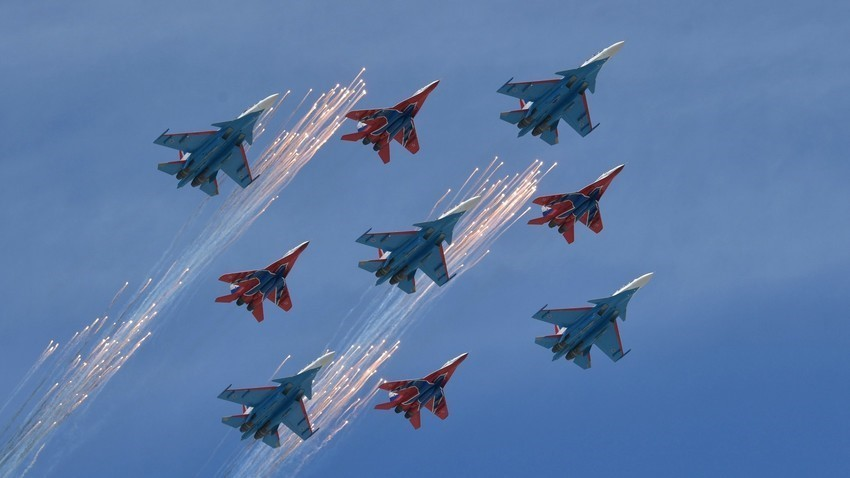 Piloti akrobatske skupine Ruski vitezi z lovci Su-30SM in skupine Striži z lovci MiG-29