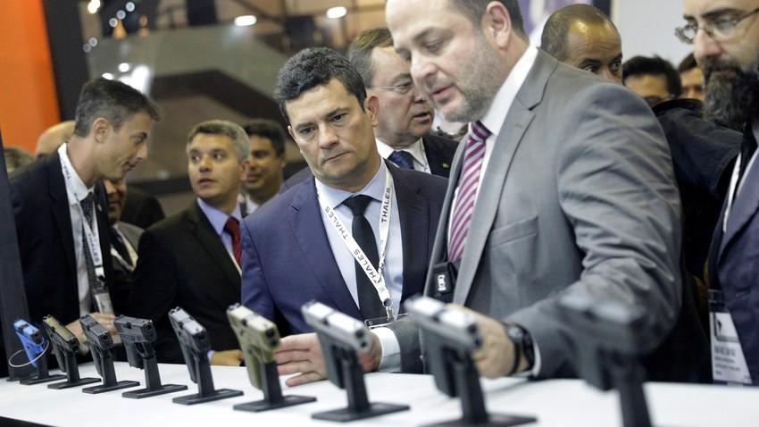 Ministro da Justiça Sergio Moro examina pistolas  Glock na LASA 2019.