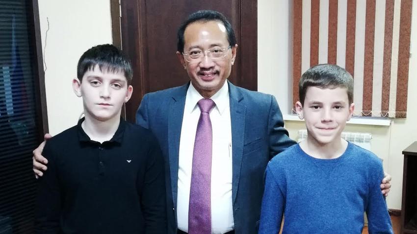 Duta Besar Indonesia untuk Federasi Rusia merangkap Republik Belarus Mohamad Wahid Supriyadi berfoto bersama Sukarno Kamilevich, 12, dan Sukarno Magomedovich, 10.