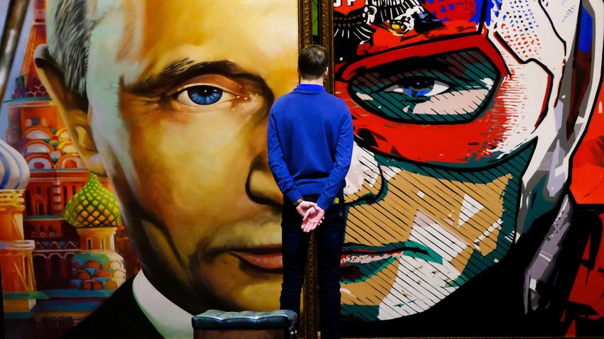 """Čovjek promatra sliku koja prikazuje ruskog predsjednika Vladimira Putina na izložbi """"SUPERPUTIN"""" u muzeju UMAM u Moskvi, 6. prosinca 2017. godine."""
