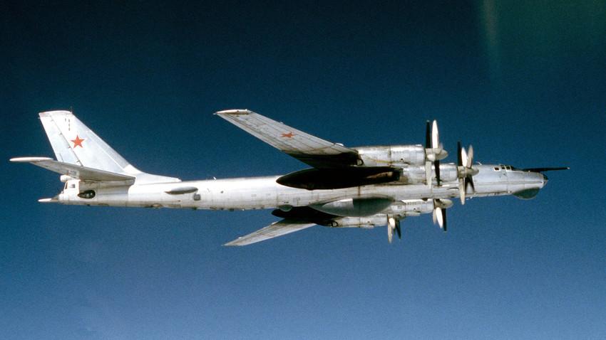 Bombardero soviético Tu-95RT, 1983.