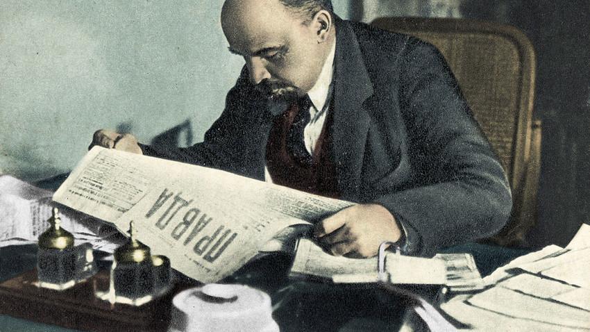 Lênin lendo Pravda, provavelmente em 1918