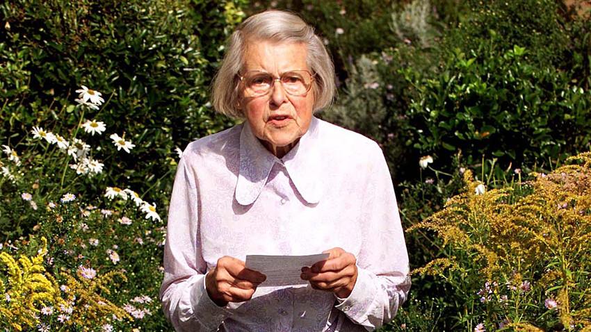87歳のメリタ・ノーウッドが南東ロンドンにあった彼女の家の外で声明書を呼んでいる。彼女がソビエトのスパイであったことが暴露された後。