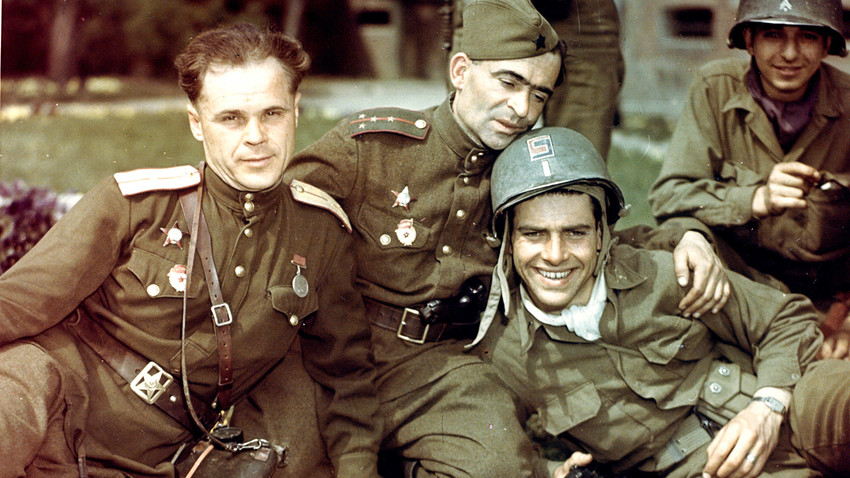 Амерички поручник Двајт Брукс (у центру са шлемом) и други припадници 69. пешадијске дивизије Прве армије САД на заједничкој фотографији са совјетским војницима 58. гардијске дивизије Пете армије у немачком граду Торгау. Крај априла 1945.
