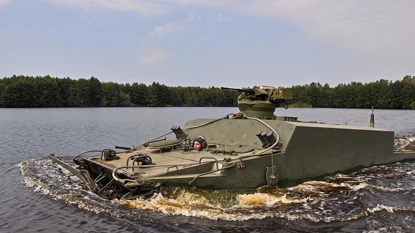 Пловећи оклопни транспортер БТ-3Ф
