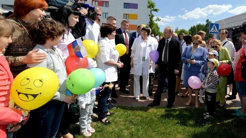 """Владимир Путин во посета на детскиот Центар за хематологија, онкологија и имунологија """"Дима Рогачов"""", 2016."""