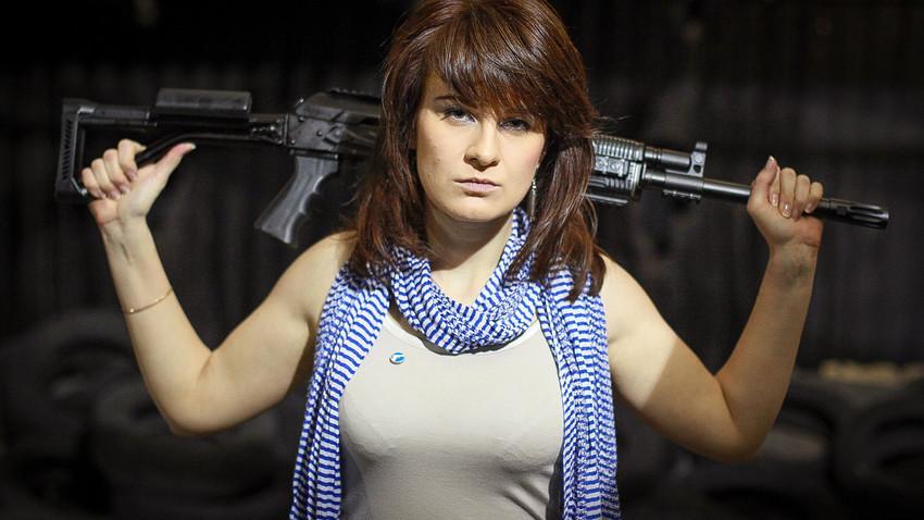 Марија Бутина позира на стрелиште во Москва.