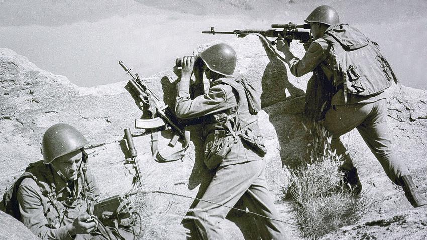 Na tej fotografiji, posneti konec aprila 1988 sovjetski vojaki opazujejo hribovje med bojem z islamističnimi gverilci nekje v Afganistanu.