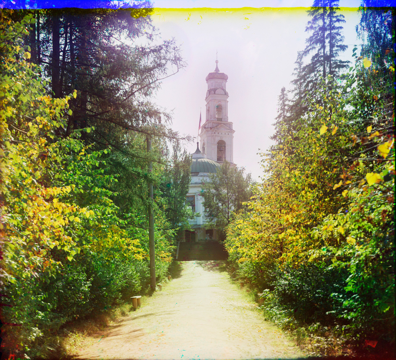 Campanile della Chiesa dell'Ascensione, vista nord dal parco Kharitonov. Primo piano: Parco Rotunda. Estate 1909