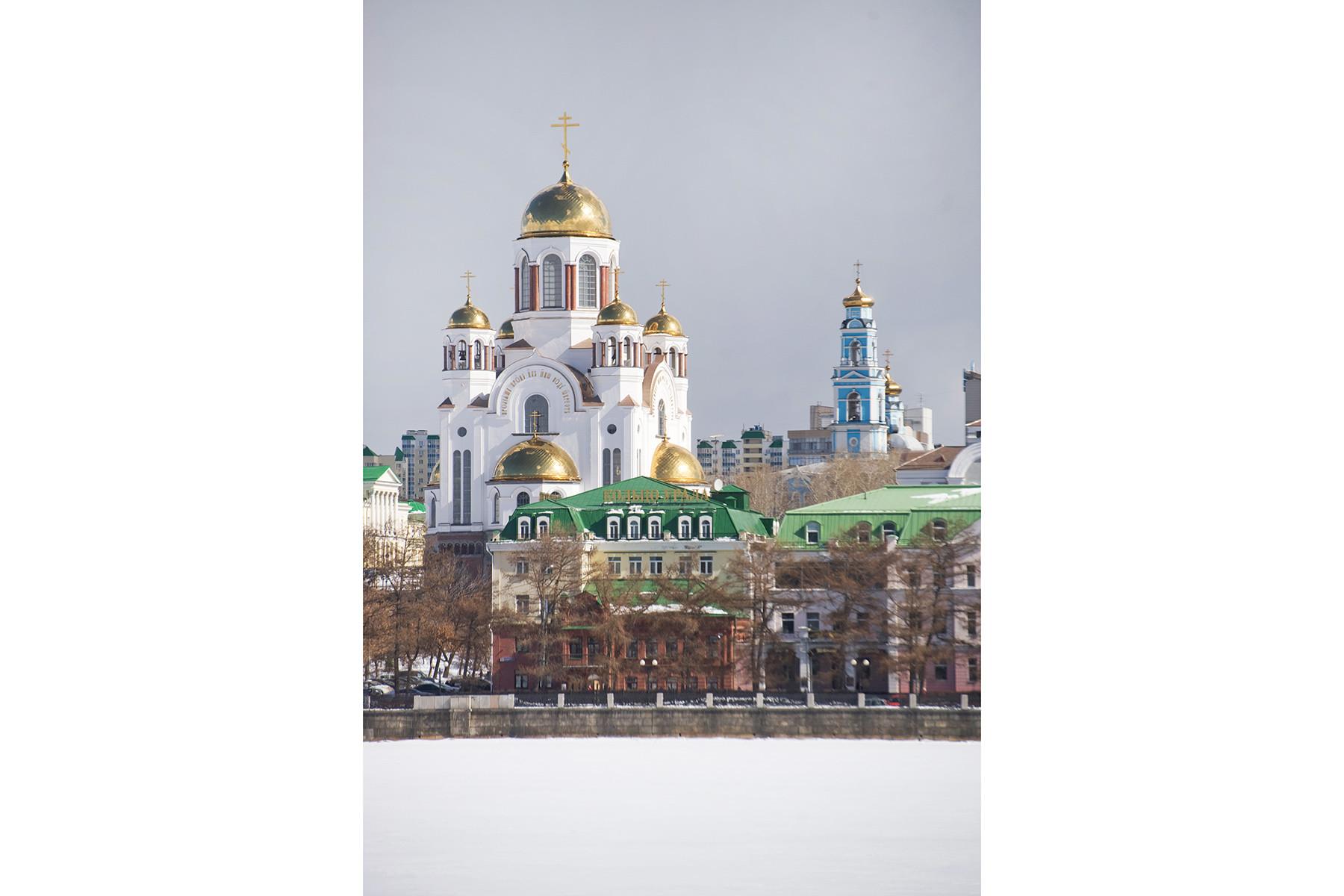 Chiesa sul Sangue in onore di tutti i santi risplendenti nella Terra Russa, vista sud-ovest attraverso lo Stagno cittadino. Sullo sfondo: Campanile della Chiesa dell'Ascensione. 4 aprile 2017