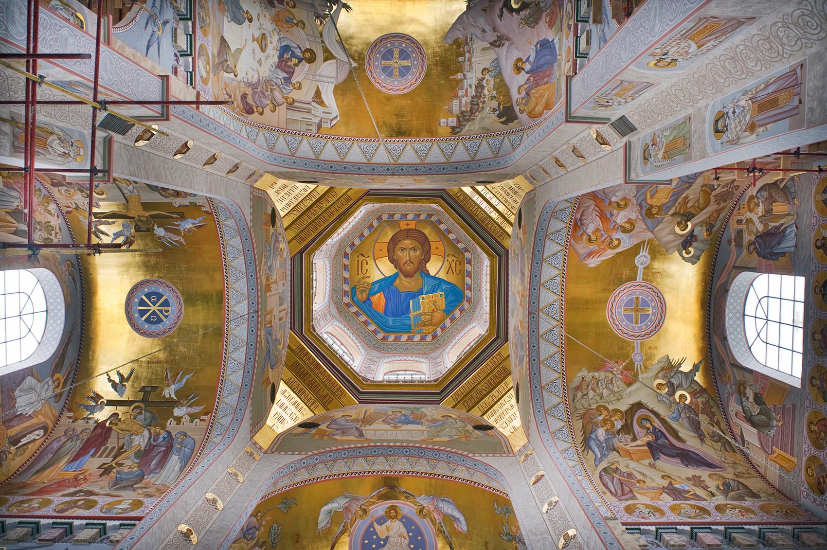 Chiesa sul Sangue in onore di tutti i santi risplendenti nella Terra Russa. Interno con immagine del Cristo Pantocratore nella cupola principale. 3 aprile 2017