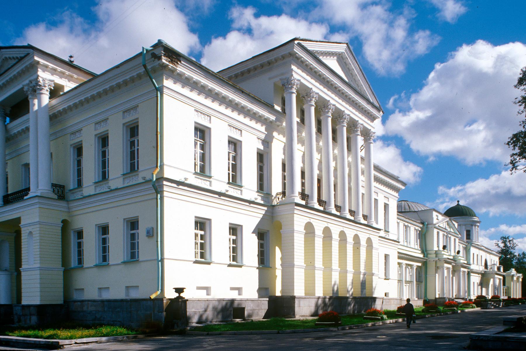 Palazzo Rastorguev-Kharitonov, facciata principale. 26 agosto 1999