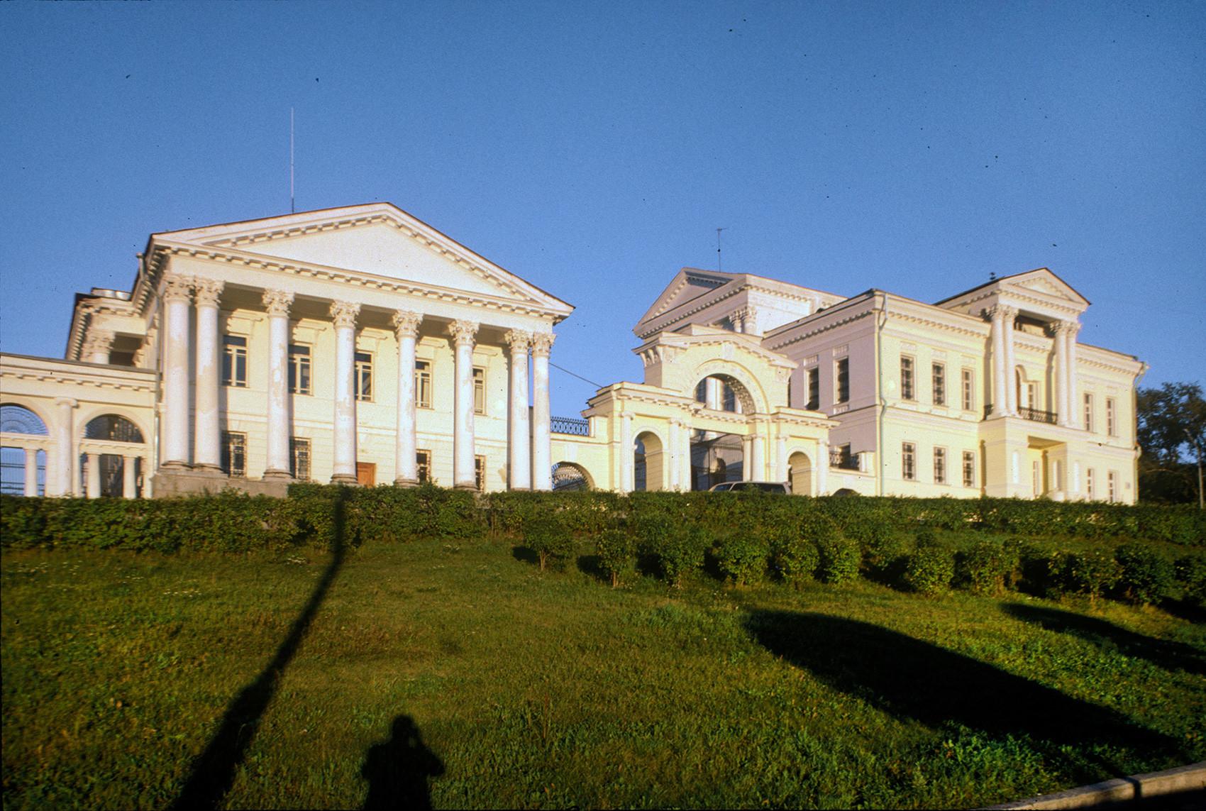 Palazzo Rastorguev-Kharitonov, facciata laterale. Vista dalla via Karl Liebknecht. 27 agosto 1999
