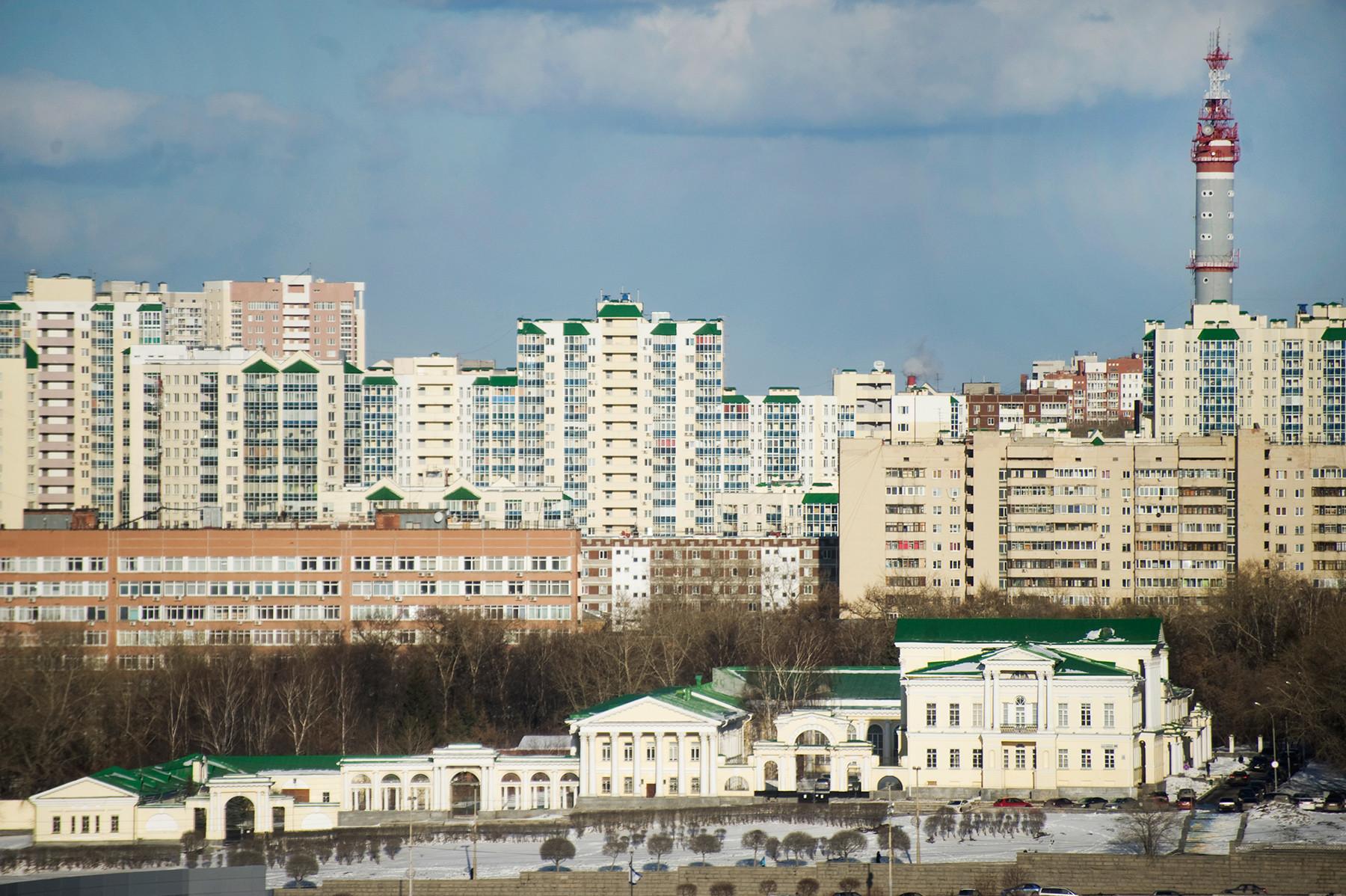 Palazzo Rastorguev-Kharitonov. Facciata laterale con grattacieli e condomini sullo sfondo. 1º aprile 2017