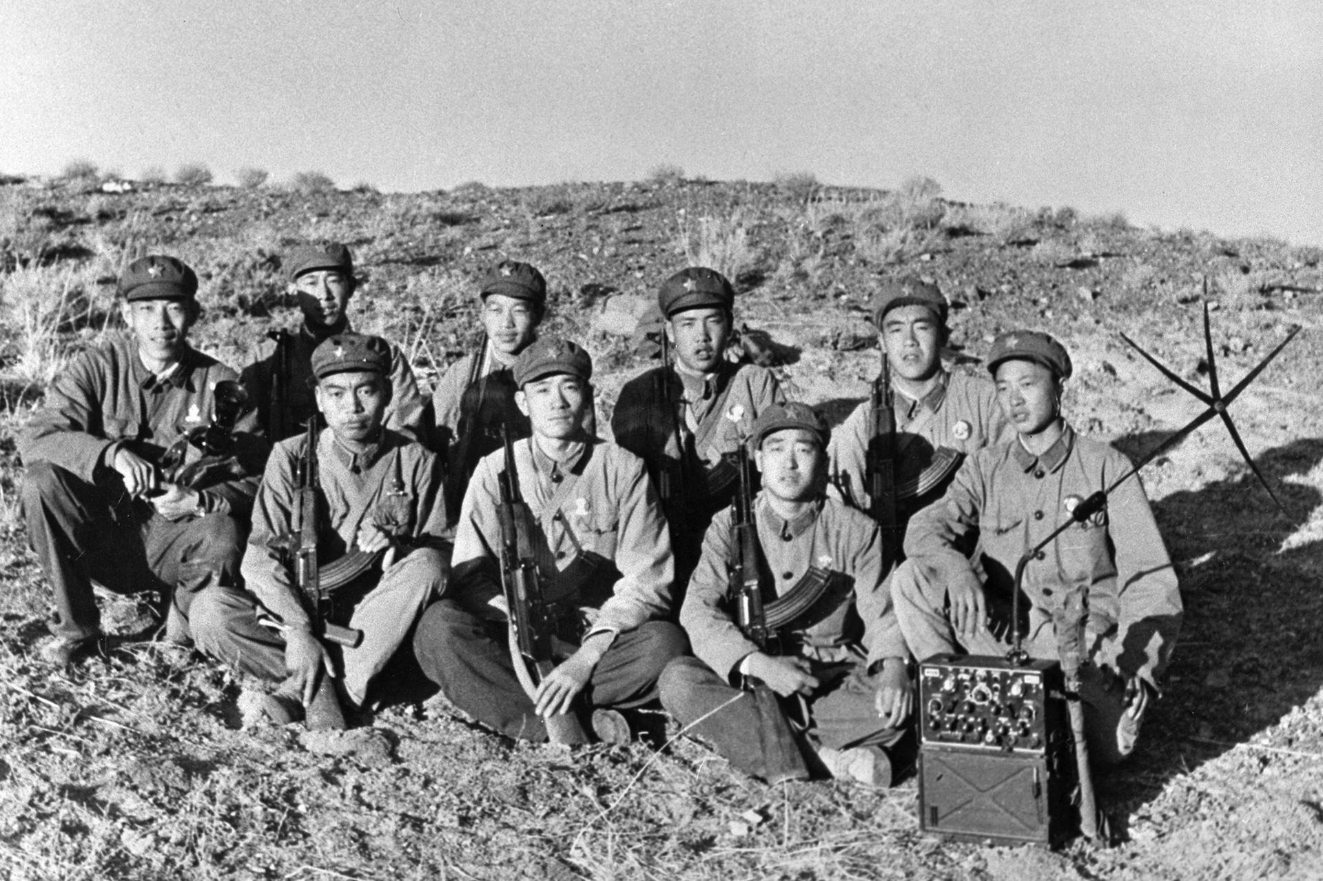 Кинески војници вооружени со пушки Калашников фотографирани за време на борбата со советските погранични единици за време на кинеско-советскиот пограничен судир.