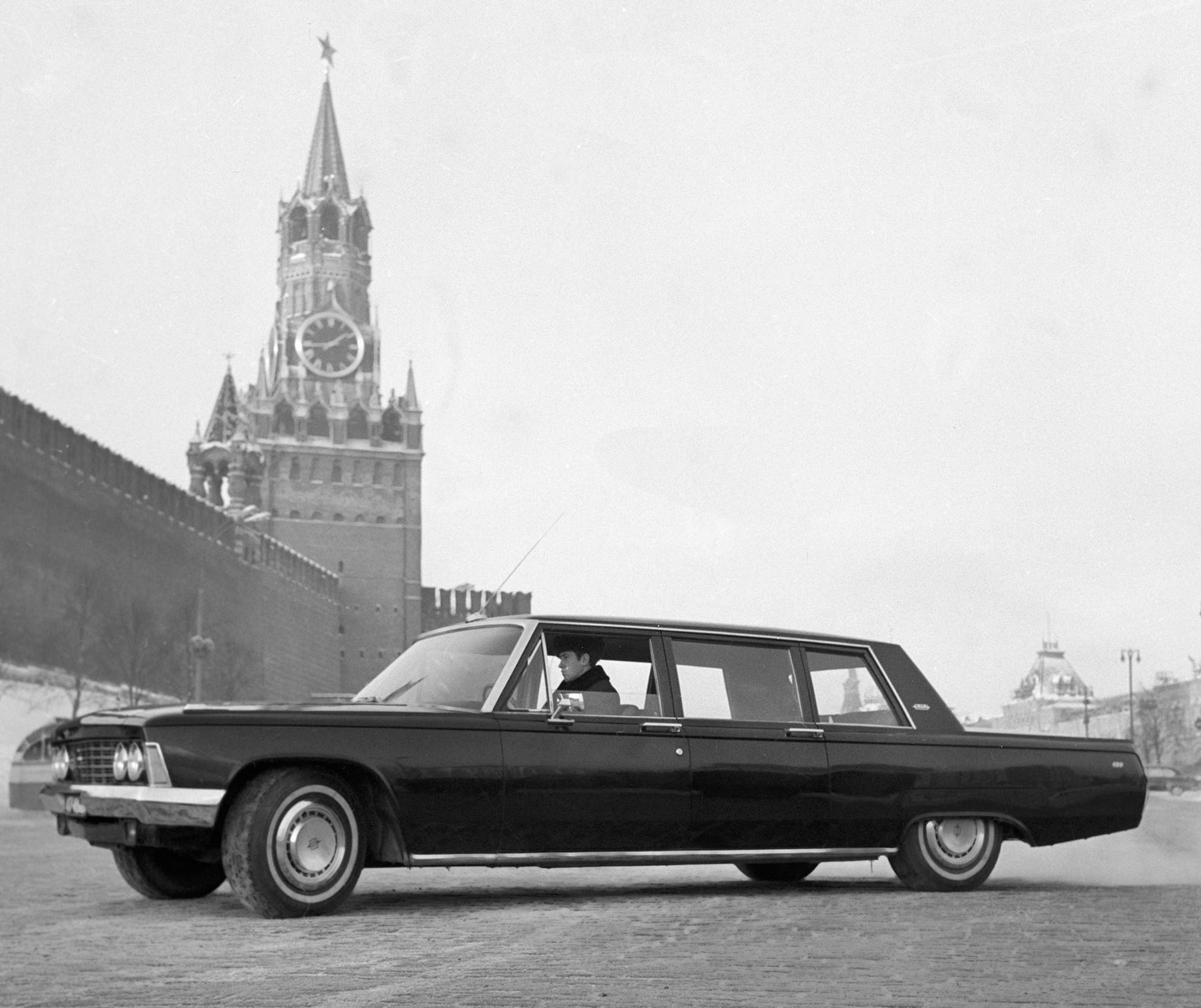 """Совјетски автомобил високе класе ЗИЛ-114, који се производио у московској фабрици аутомобила """"Лихачов"""", на Црвеном тргу, Москва 1968."""
