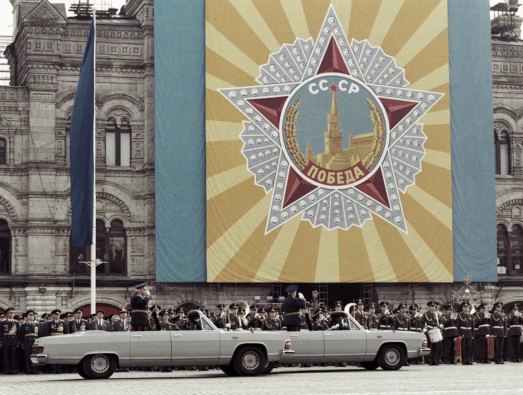Генерал армије Владимир Говоров и маршал Совјетског Савеза Виктор Куликов у аутомобилима на Паради ветерана Великог отаџбинског рата поводом 50-годишњице прославе.