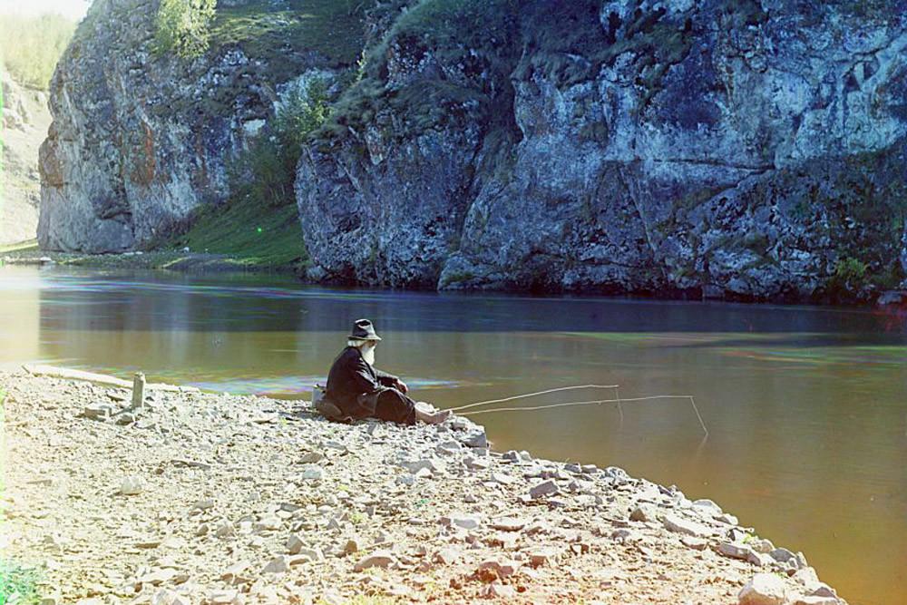 Pescador no rio Iset, montes Urais. 1910