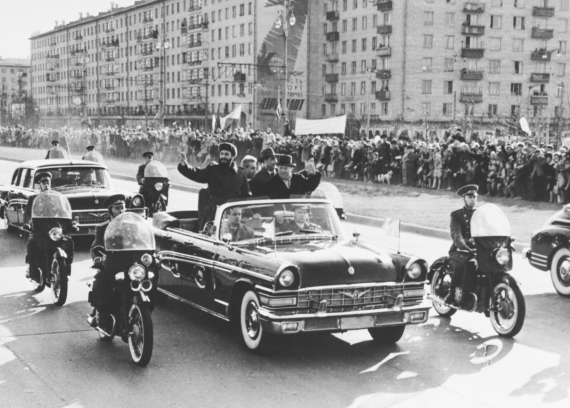 1963年5月1日。ニキータ・フルシチョフがフィデル・カストロの最初のロシア訪問中、彼にモスクワを案内している。車にはレオニード・ブレジネフもいる。